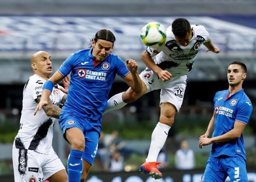 El jugador de Cruz Azul Igor Lichnovsky (i) disputa el balón con Luis Fuentes (d) de Tijuana en el Estadio Azteca en Ciudad de México (México). EFE/Archivo