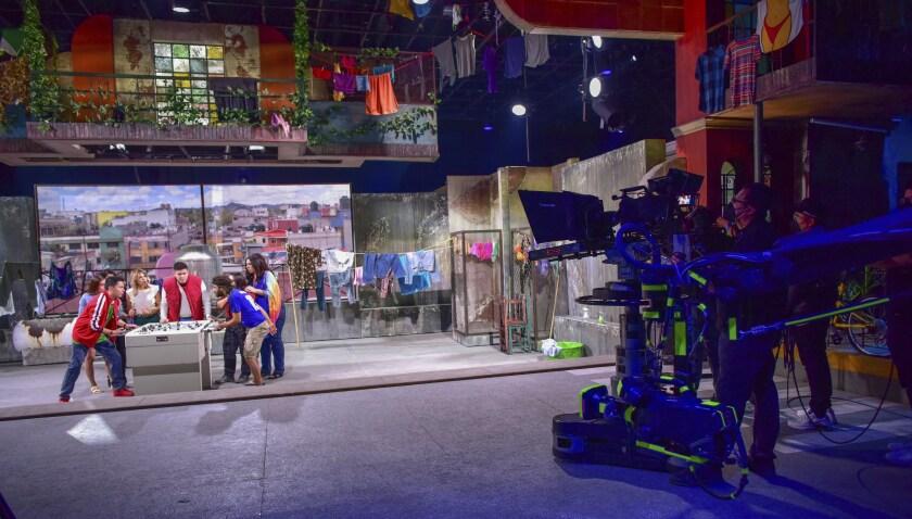 """Una vista tras bambalinas de las grabaciones de la tercera temporada de """"Se rentan cuartos"""""""