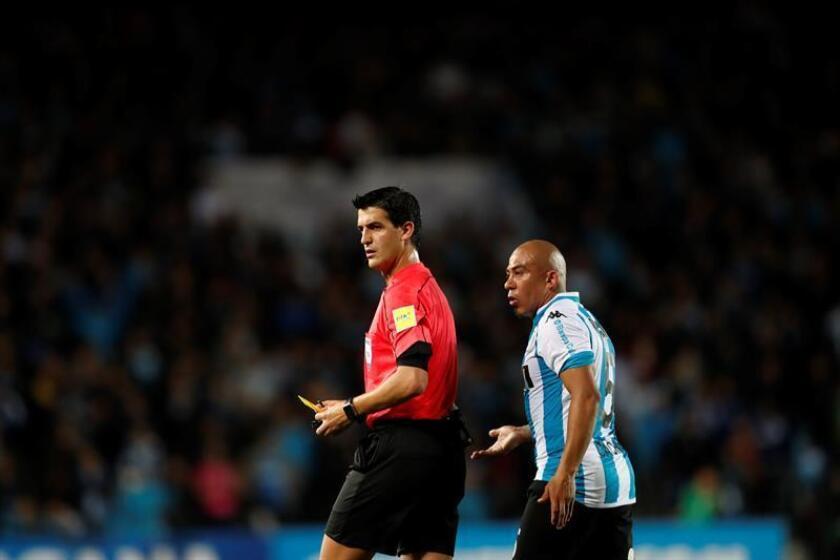 En la imagen, el árbitro Leodan González (i) de Uruguay. EFE/Archivo