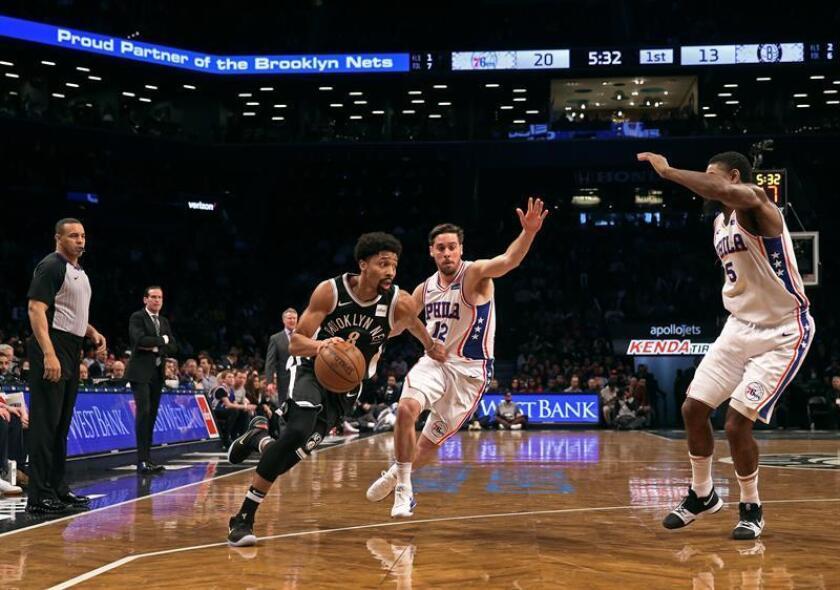 Spencer Dinwiddie (i) de Brooklyn Nets avanza junto a TJ McConnell (c) de Philadelphia 76ers' durante un juego entre Philadelphia 76ers y Brooklyn Nets de la NBA, en el Barclays Center, en Brooklyn, Nueva York (Estados Unidos). EFE