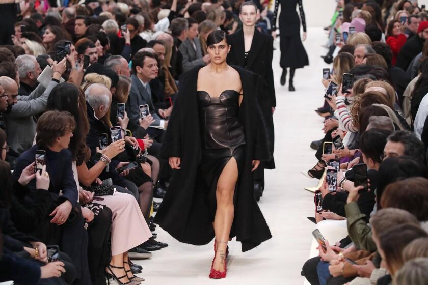 En esta fotografía del 1 de marzo de 2020 una modelo luce piezas de la colección de Valentino