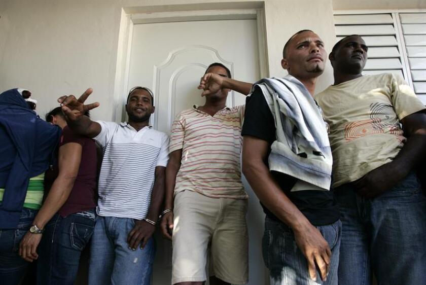 Vista de varias personas detenidas en Puerto Rico por tratar de entar ilegalmente al país. EFE/Archivo