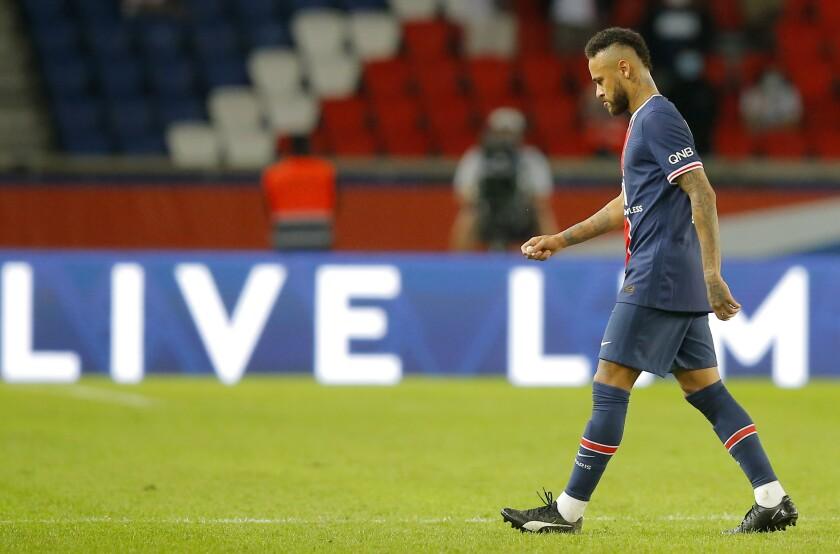 El delantero brasileño Neymar del Paris Saint-Germain tras ser expulsado al final del partido contra Marsella