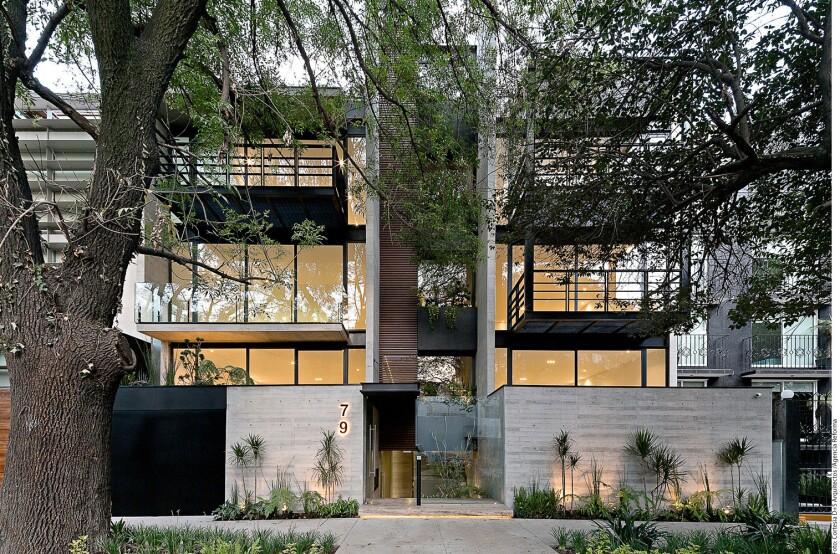 Concreto, cristal y vigas de metal expuestas forman parte de la estética.