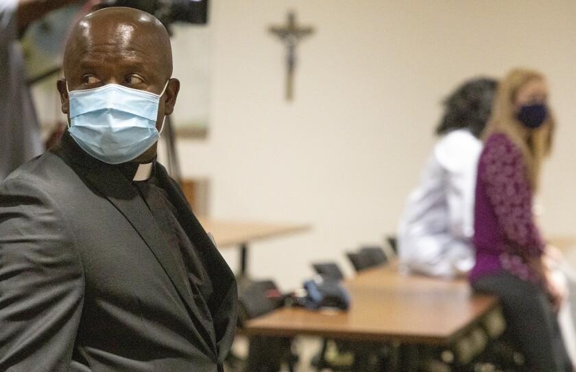 El padre Don Ajoko observa antes de una ceremonia el lunes 2 de agosto de 2021 en un centro médico de Baton Rouge,