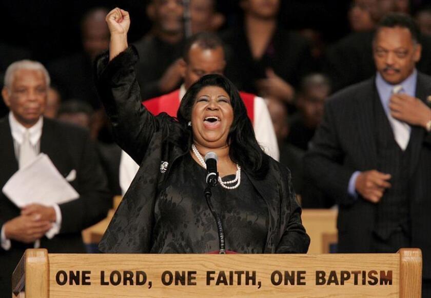 Foto de archivo de la cantante estadounidense Aretha Franklin mientras canta en el funeral de Rosa Parks en la iglesia Greater Grace Temple de Detroit (Estados Unidos) el 3 de noviembre de 2005. EFE/Archivo