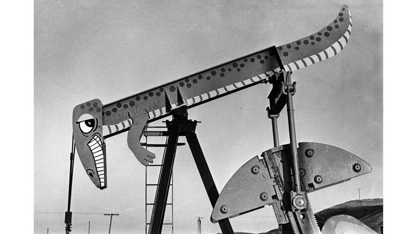 20 de noviembre de 1975: una de las transfiguraciones de la bomba de aceite de Jean Dakessian en un campo cerca de Coalinga, California.