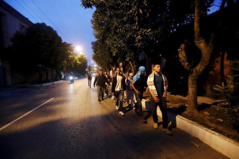 Un grupo de unos 200 migrantes sale en caravana hacia la frontera con México, desde la Casa del Migrante, en Ciudad de Guatemala (Guatemala) hoy, jueves 25 de octubre de 2018. EFE
