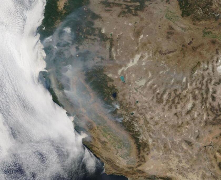 """Imagen satélite muestra el humo del incendio de California (EE.UU), ayer, 7 de agosto de 2018. El incendio """"Mendocino Complex"""", que se convirtió el lunes por la noche en el fuego más destructivo de la historia de California, continúa su avance, hoy, 8 de agosto de 2018. EFE/ Nasa / FOTO CEDIDA? SÓLO USO EDITORIAL? NO VENTAS"""
