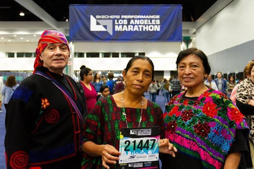 María del Carmen Tun Cho (c), la primera indígena Maya en participar en la Maratón de Los Ángeles, fue registrada al posar con miembros del grupo folclórico Mi Bella Guatemala, durante el evento de acreditación para la carrera, en Los Ángeles (California, EE.UU.). EFE