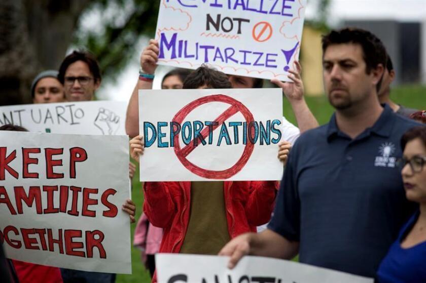 Cada vez más familiares y amigos de inmigrantes que enfrentan una deportación se ven obligados a recurrir a plataformas como GoFundMe o YouCaring para poder pagar a los abogados, las fianzas y otros gastos. EFE/ARCHIVO