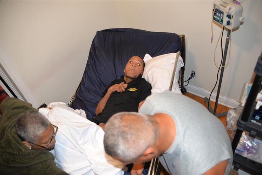 El exboxeador puertorriqueño Wilfredo Benítez (c) recibe los cuidados de su compañero y amigo Luis Mateo (d) y su hermana Yvonne (i) hoy, martes 19 de junio de 2018, en una casa particular del barrio puertorriqueño Humboldt Park, en Chicago (EE.UU.). EFE