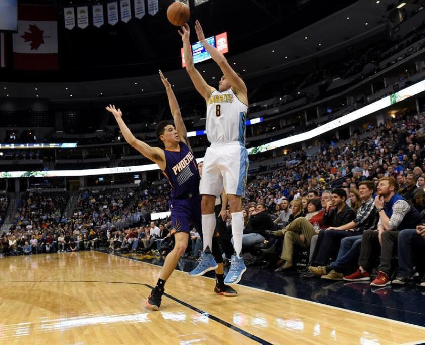 El jugador Devin Booker (i) de Phoenix Suns en acción ante Danilo Gallinari (d) de Denver Nuggets durante un partido. EFE/Archivo