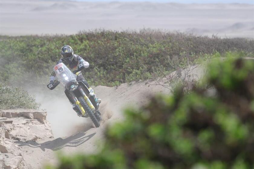 El estadounidense Andrew Short conduce su motocicleta Husqvarna hoy durante la tercera etapa del Rally Dakar 2019 entre San Juan de Marcona y Arequipa (Perú). EFE