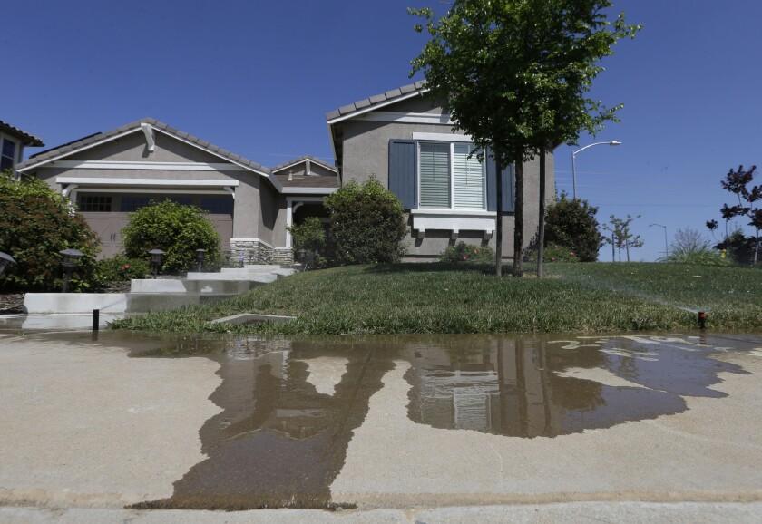 El gobernador Jerry Brown ordenó un recorte del 25% en el suministro de agua a las poblaciones, aunque no a los establecimientos agrícolas.