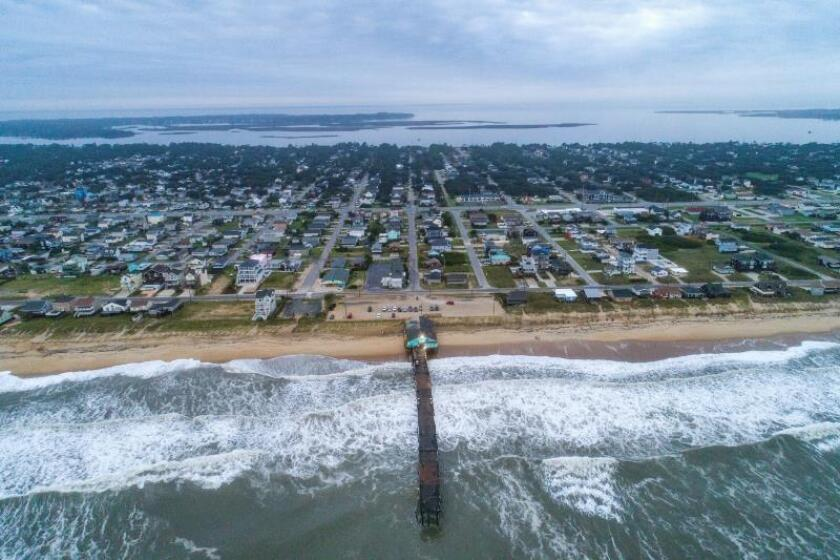 Fotografía realizada con un dron que muestra un muelle de pesca en Kill Devil Hills, en los Bancos Externos (Outer Banks) de Carolina del Norte, EEUU, este sábado tras la llegada del huracán Dorian. EFE/ Jim Lo Scalzo