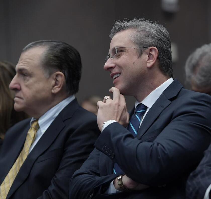 De izda. a dcha., el Gobernador de Puerto Rico, Alejandro Garcia Padilla (d) junto al Ex Gobernador Rafael Hernandez Colon (i). EFE/Archivo
