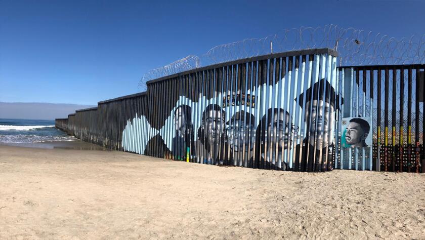 El mural interactivo instalado en Playas de Tijuana para dar un rostro a la inmigración.