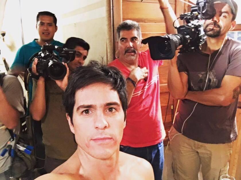 """El actor Mauricio Ochmann en una toma detrás de cámaras de la serie """"El Chema"""", 'spin off' de """"El Señor de los Cielos""""."""