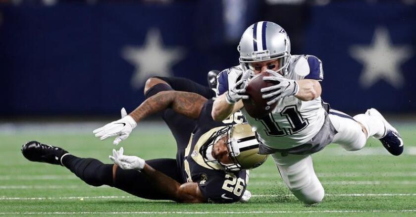 El receptor abierto de los Dallas Cowboys, Cole Beasley (d), se sumerge con el balón para un primer intento contra el esquinero de los New Orleans Saints, P.J. Williams (i) en la segunda mitad del partido de fútbol americano de la NFL entre los New Orleans Saints y los Dallas Cowboys en el AT&T Stadium en Arlington, Texas (EE. UU.). EFE