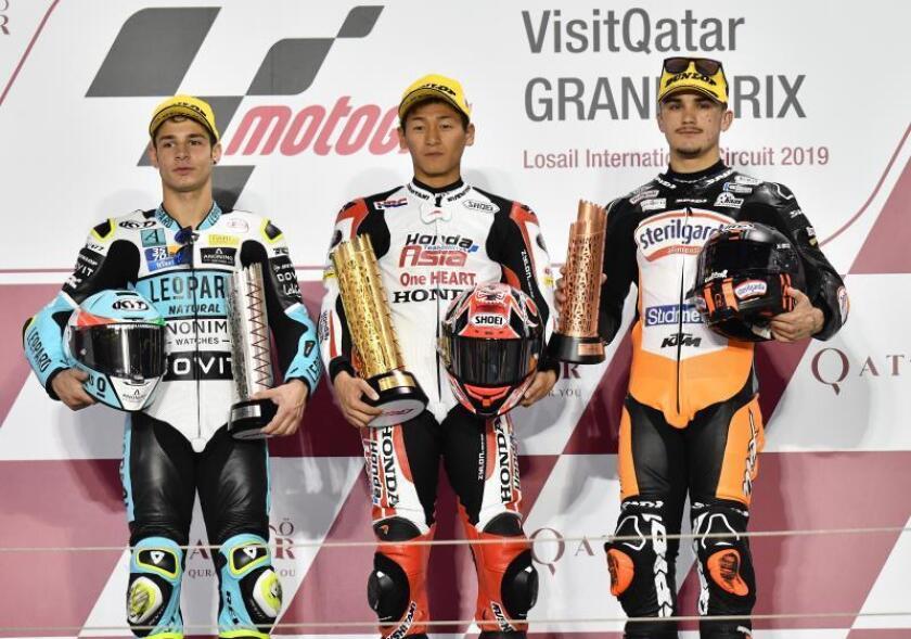 El primer clasificado de la carrera, el japonés Kaito Toba (C), del Honda Team Asia,el segundo, el italiano Lorenzo Dalla Porta, del Leopard Racing, y el tercero, el español Arón Canet, del Max Racing Team, en la carrera de Moto3 que se ha disputado en el circuito internacional de Losail, en Doha, Catar. EFE/EP