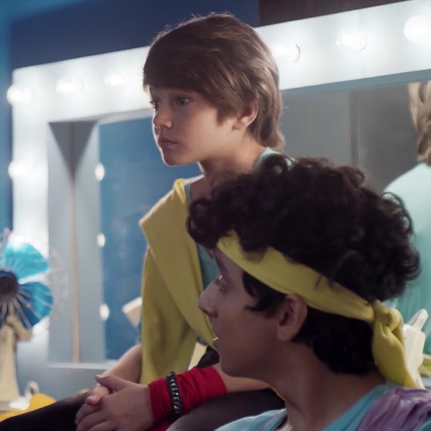 """Ethan Schwarz, izquierda, y Pedro Emiliano Vázquez en una escena de """"Súbete a mi moto"""""""