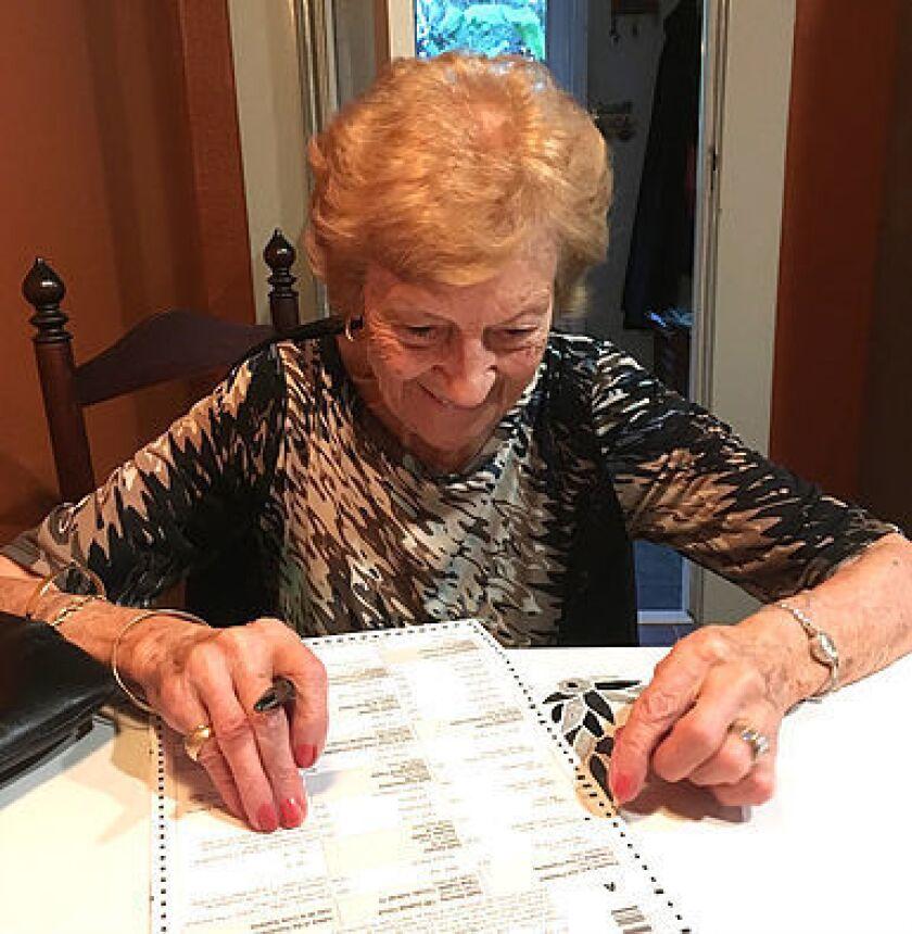 Mujeres de edad avanzada muestran su gratitud por el voto sufragando a favor de una mujer por primera vez.