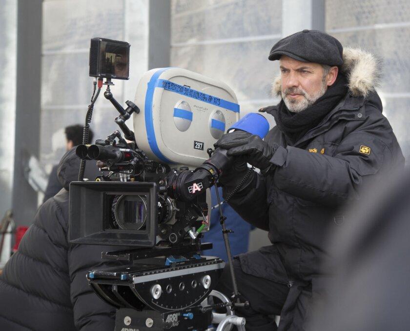 """Sam Mendes en el set de filmación de """"Spectre"""", la nueva película del agente 007, nuevamente protagonizada por Daniel Craig."""