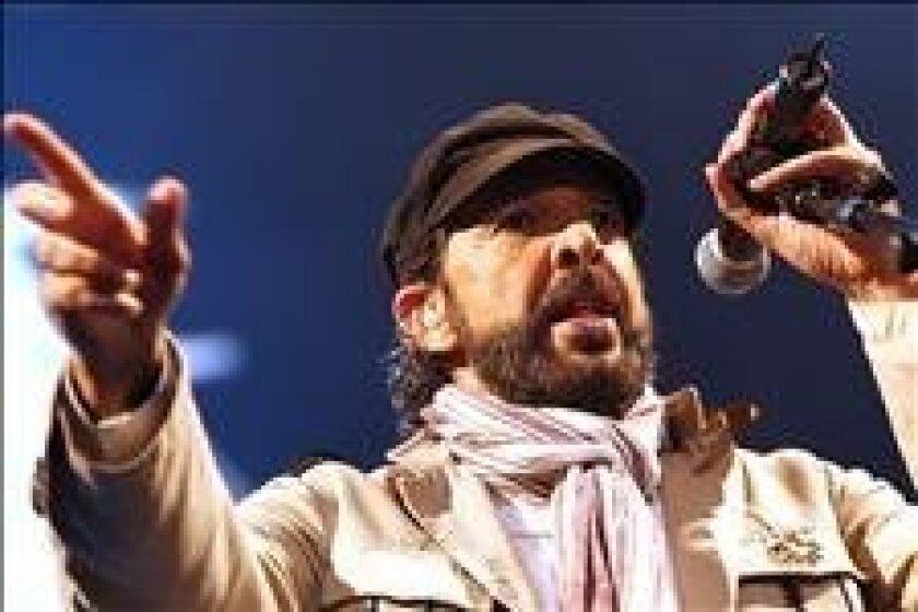 """El músico dominicano Juan Luis Guerra y la banda 4.40, durante su gira """"A son de Guerra"""". EFE/Archivo"""