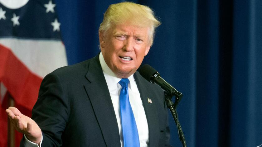 """""""Yo soy el candidato de la ley y el orden, ella es débil, ineficaz y, como se ha visto con el escándalo de los correos electrónicos, o bien es una mentirosa o es sumamente incompetente, probablemente las dos cosas"""", afirmó hoy Trump en un acto de campaña sobre veteranos en Virginia Beach (Virginia)."""