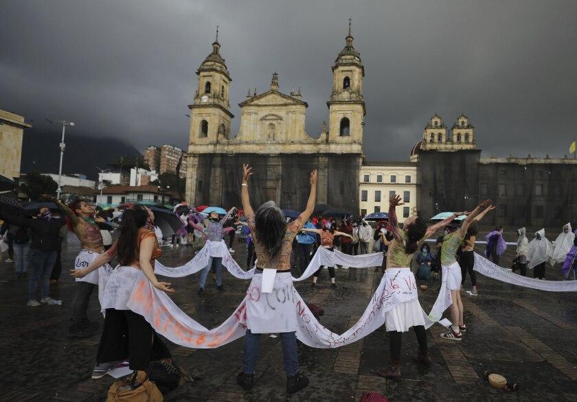 Mujeres marchan en el Día Internacional para la Eliminación de la Violencia contra la Mujer en Bogotá, Colombia.