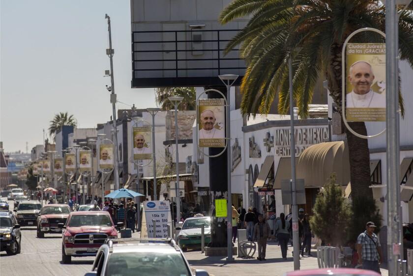 Carteles que agradecen la visita del papa Francisco llenan la avenida que conduce al puerto Paso del Norte de ingreso a Estados Unidos, en Ciudad Juárez, México. (Foto AP/Iván Pierre Aguirre)