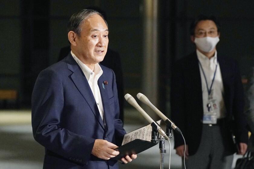 El primer ministro de Japón Yoshihide Suga habla con periodistas sobre levantar el estado de emergencia, el lunes 27 de septiembre de 2021, en la residencia oficial en Tokio. (Kyodo News via AP)