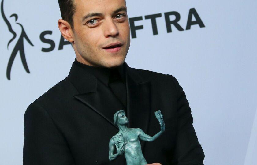 """El protagonista de""""Bohemian Rhapsody"""", Rami Malek, posa en la sala de prensa con la estatuilla obtenida en la ceremonia de los Premios SAG."""