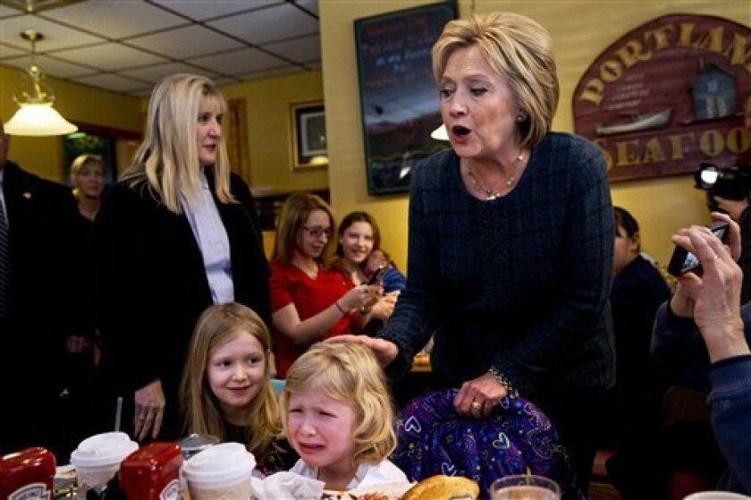Ella Hamel, de 4 años, llora mientras ella y su hermana de 7 años, son saludadas por la precandidata presidencial demócrata Hillary Clinton durante una escala de campaña en Manchester, New Hampshire, el sábado 6 de febrero de 2016. (Foto AP/Jacquelyn Martin)