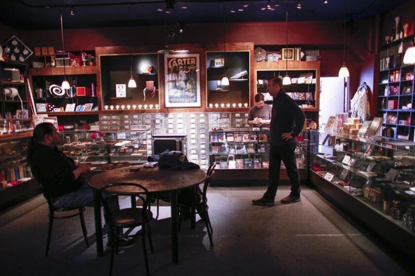 Un cliente (dcha) visita la tienda de magia Tannen's, la tienda de magia más antigua de la ciudad, este jueves, en el centro de Manhattan, Nueva York (EE.UU.). EFE