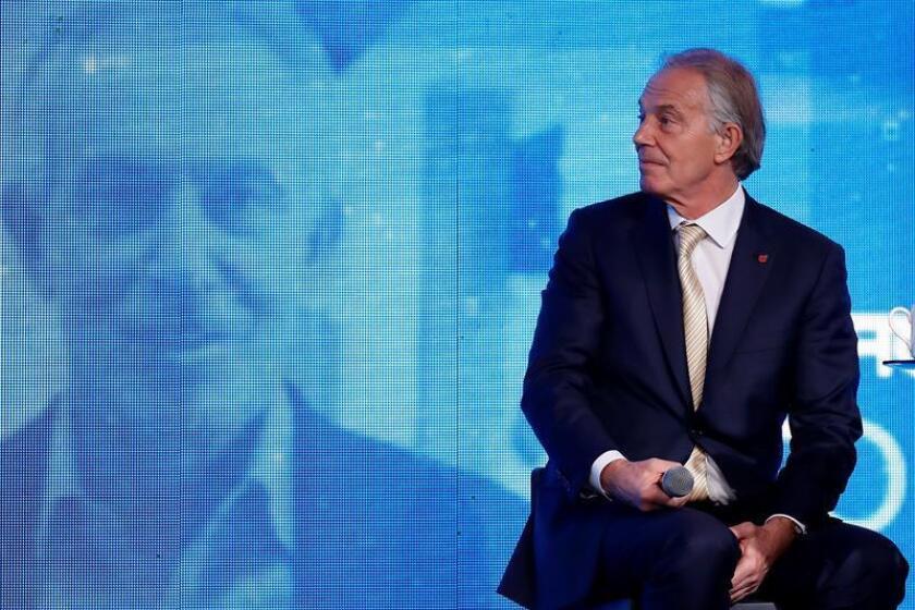 """El ex primer ministro británico Tony Blair valoró hoy positivamente que la primera ministra Theresa May evalúe un """"brexit"""" más suave, lo que representaría que escucha al pueblo y entiende los peligros de la salida del Reino Unido de la Unión Europea. EFE"""