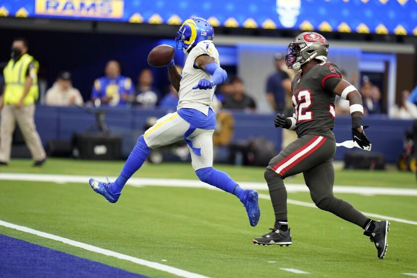 El receptor de los Rams de Los Ángeles DeSean Jackson anota un touchdown superando al safety de los Buccaneers de Tampa Bay Mike Edwards en el encuentro del domingo 26 de septiembre del 2021. (AP Photo/Jae C. Hong)