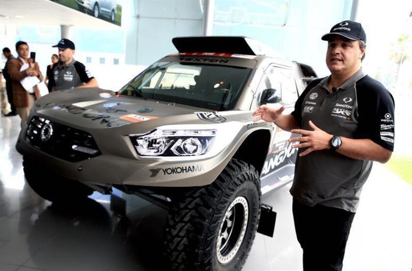Los pilotos españoles Oscar Fuertes (d) y Diego Vallejo (i) participan hoy, 3 de enero del 2019, en la presentación de su camioneta modelo Rexton de la marca SsangYong con la cual competirán en la edición del Dakar 2019 en Lima (Perú). EFE
