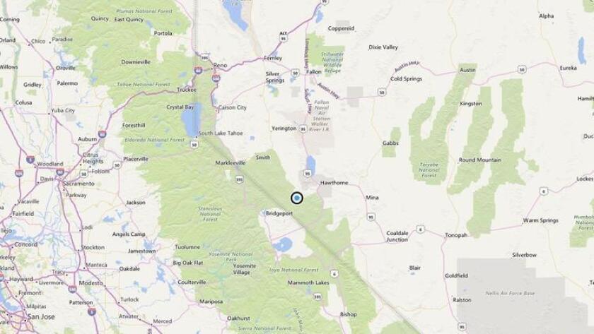 El mapa muestra la ubicación aproximada del epicentro del terremoto de magnitud 5,7 del miércoles por la mañana cerca de Hawthorne, Nevada. Dos sismos de 5,7 en la zona fueron seguidos por más de 100 después de remesones.