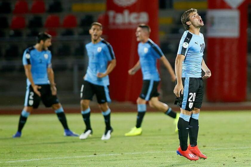 Jugadores de Uruguay reaccionan tras ganar ante Paraguay. EFE