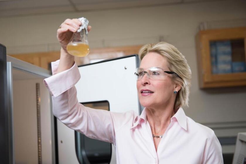 Imagen facilitada por el Instituto de Tecnología de California este 3 de octubre, que muestra a la estadounidense Frances H. Arnold (d) en Pasadena, California, Estados Unidos. EFE