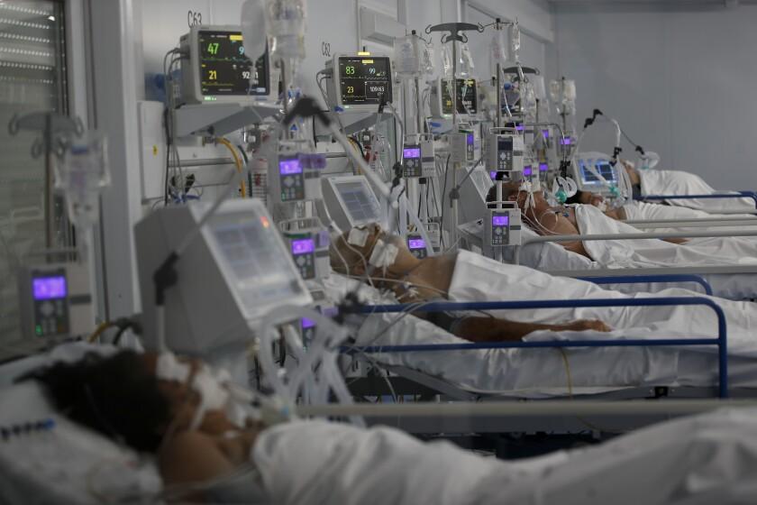 Pacientes con COVID-19 son asistidos en el hospital Dr. Norberto Raúl Piacentini, en Lomas de Zamora, Argentina, el sábado 1 de mayo de 2021, en medio de un rebrote del nuevo coronavirus. (AP Foto/Natacha Pisarenko)