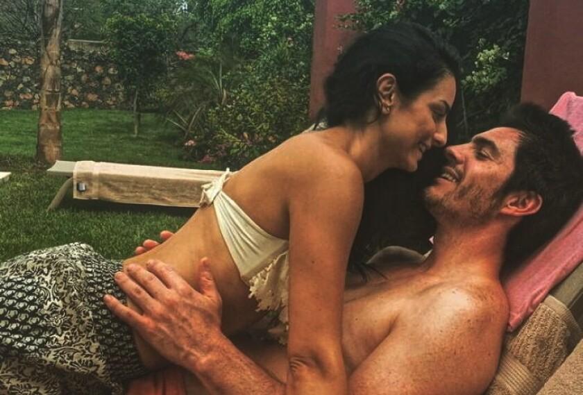 """Aislinn Derbez y Mauricio Ochmann anunciaron hoy que se casarán en los siguientes meses en un """"pueblo mágico"""" de México."""