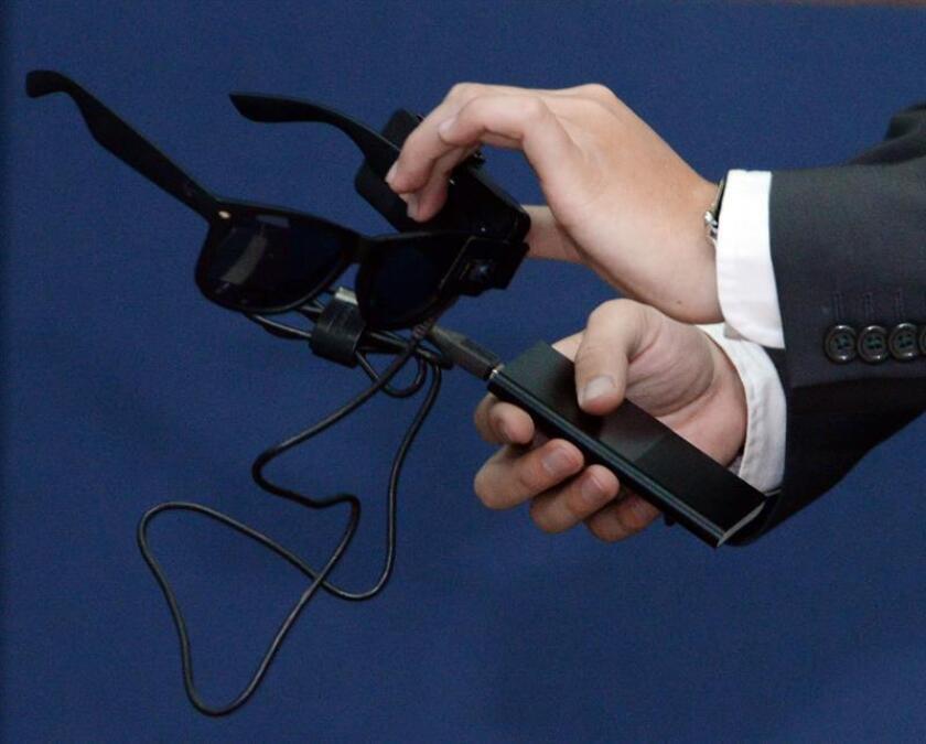 Fotografía cedida por la Universidad Nacional Autónoma de México (UNAM) muestra el prototipo de lentes inteligentes, diseñadas por un estudiante mexicano, hoy, miércoles 7 de febrero de 2018, en Ciudad de México (México). EFE/ UNAM/SOLO USO EDITORIAL
