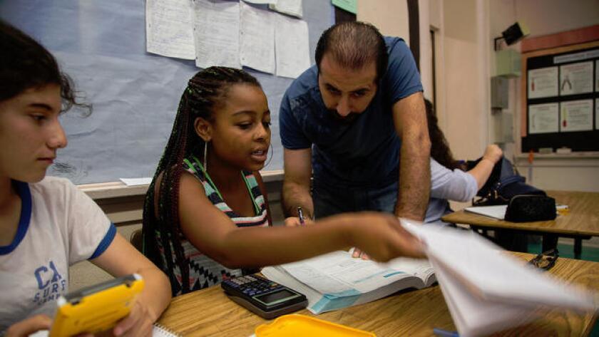 El maestro Hakob Antoyan ayuda a los estudiantes durante una clase en la escuela de verano Hollywood High School, el 31 de julio pasado (Gina Ferazzi / Los Angeles Times).