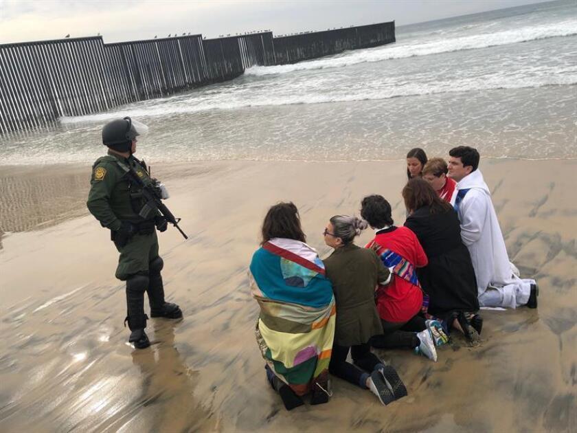 Un grupo de manifestantes, en su mayoría religiosos, se confronta a miembros del Servicio de Protección Federal (FPS) durante un acto de desobediencia civil en apoyo a la caravana migrante hoy, cerca del muro fronterizo entre Tijuana (México) y San Diego (California, EE.UU.). EFE/Archivo