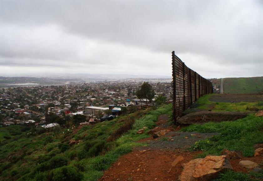 Muro de lámina que separa al territorio mexicano (i) con el estadounidense (d), en el estado de Baja California (México). EFE