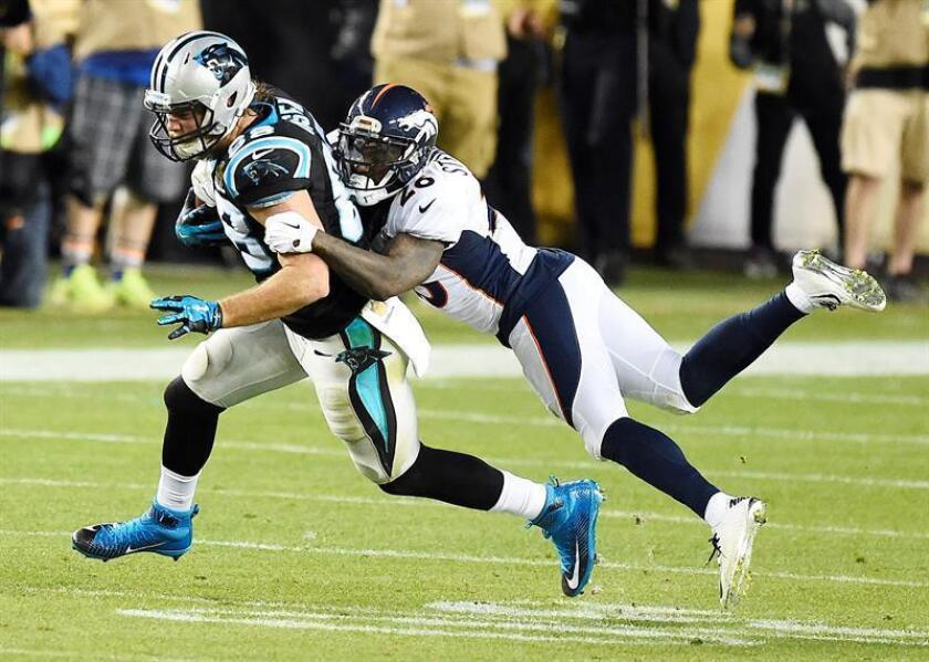 Carolina Panthers Greg Olsen (L) is tackled by Denver Broncos Darian Stewart (R) in the fourth quarter of the NFL's Super Bowl 50 between the AFC Champion Denver Broncos and the NFC Champion Carolina Panthers at Levi's Stadium in Santa Clara, California, USA, 07 February 2016. (Estados Unidos) EFE/EPA/LARRY W. SMITH