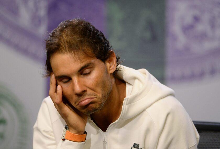 El tenista español Rafael Nadal gesticula en una conferencia de prensa tras su derrota ante el alemán Dustin Brown, 102 del mundo, por 7-5, 3-6, 6-4 y 6-4 en dos horas y 34 minutos.